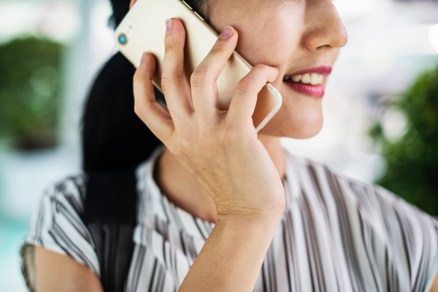 Junge Frau die mit einem Handytelefoniert